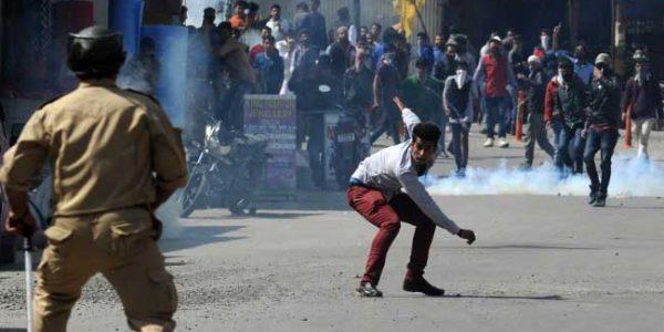 कश्मीर हिंसा में 3 नागरिकों, घायल पुलिसकर्मी की मौत