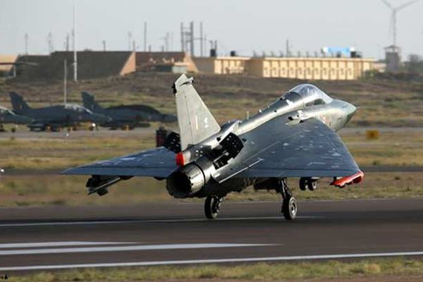 भारत में बना लड़ाकू विमान तेजस वायुसेना में शामिल, फ्लाइंग डैगर्स का दिया गया नाम टॉप न्यूज़